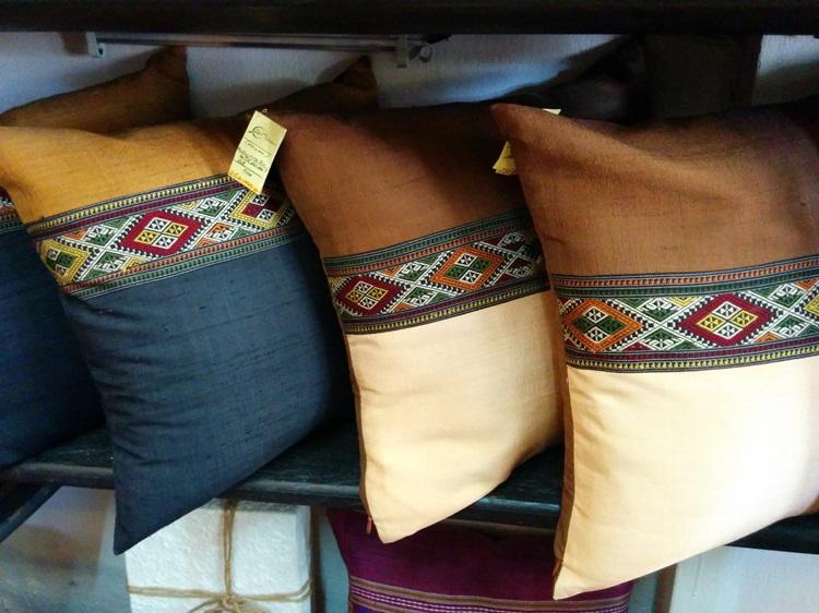 2・ラオスのコットンやシルクが贅沢に使われた「クッションカバー」